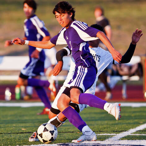 Warren's Fabian Ancinez tries to get the ball past Steele's Jonathan Medina during the Warrior's 2-1 overtime win. Photo: Marvin Pfeiffer/Express-News / Express-News 2010