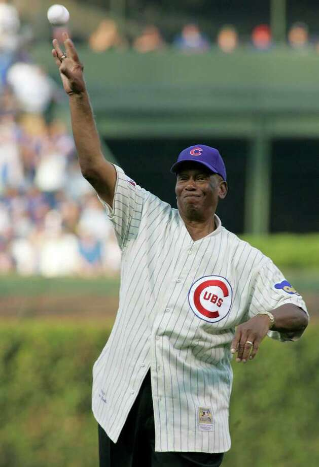 Chicago Cubs great Ernie Banks throws out the ceremonial first pitch before Game 3 of the MLB National League Division Series playoff baseball game against the Philadelphia Phillies in Chicago, October 6, 2007.     REUTERS/Frank Polich (UNITED STATES) Photo: FRANK POLICH, REUTERS / X01561