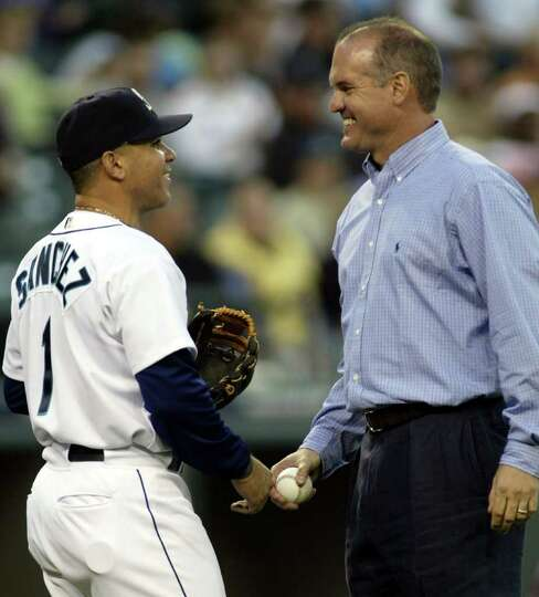 Chicago Cubs great Ryne Sandberg, right, greets his former teammate and now Seattle Mariners' shorts