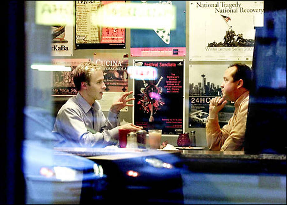 THE CORPORATE LUNCHROOM: At a Seattle pizza parlor Lon McGowan, left, meets with a potential client for the new digital camera business started by McGowan recently. Photo: Dan DeLong, Seattle Post-Intelligencer / Seattle Post-Intelligencer
