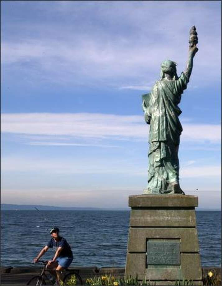 Knocked off its base earlier, then its torch-carrying arm torn off, and now this: The crown points have been taken from Alki Beach's Statue of Liberty. Photo: Karen Ducey, Seattle Post-Intelligencer / Seattle Post-Intelligencer