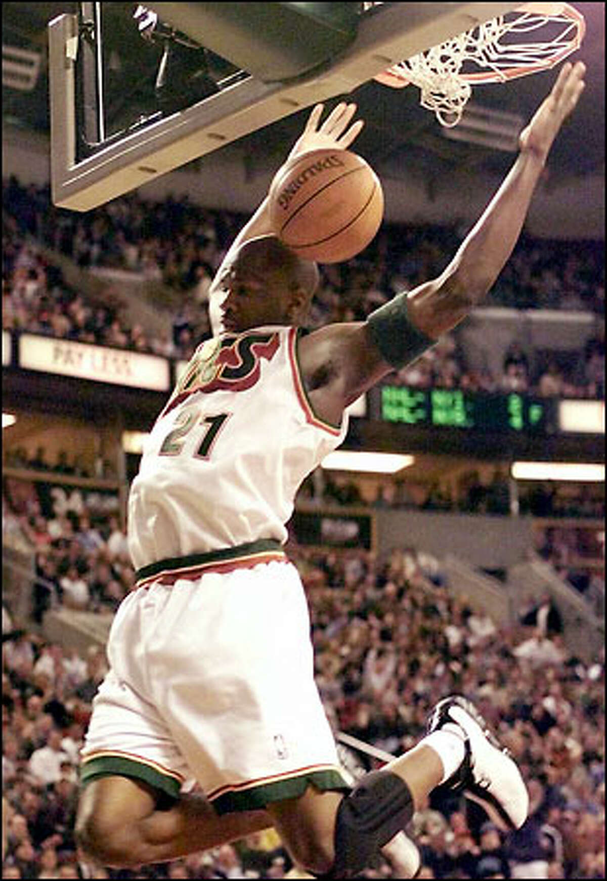 Ruben Patterson, who scored 19 points on 7-for-11 shooting, dunks against the Timberwolves.