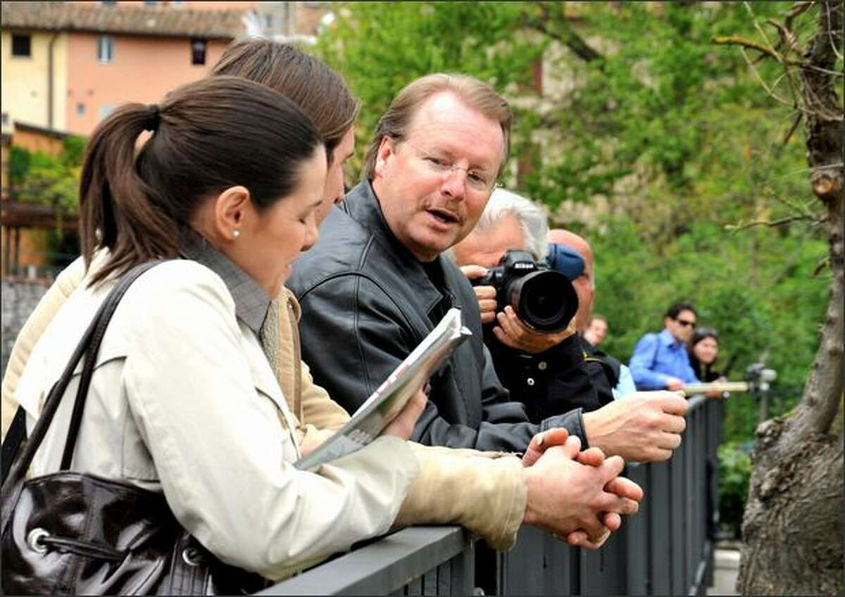 Kurt Knox, the father of Amanda Knox, talks with reporters outside the house in Perugia, Italy, where British student Meredith Kercher was stabbed to death. (AP Photo/Stefano Medici)