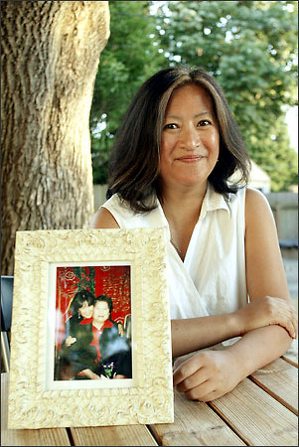 During her mother's final days, food expressed love for the family, says Carmen Español, shown with a photo of her and her mom from earlier days.