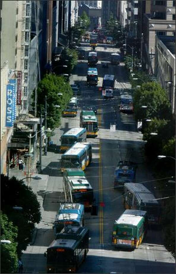 Buses share the road with bicyclists between 3 and 6 p.m. on Third Avenue and Pine Street. Photo: Karen Ducey, Seattle Post-Intelligencer / Seattle Post-Intelligencer