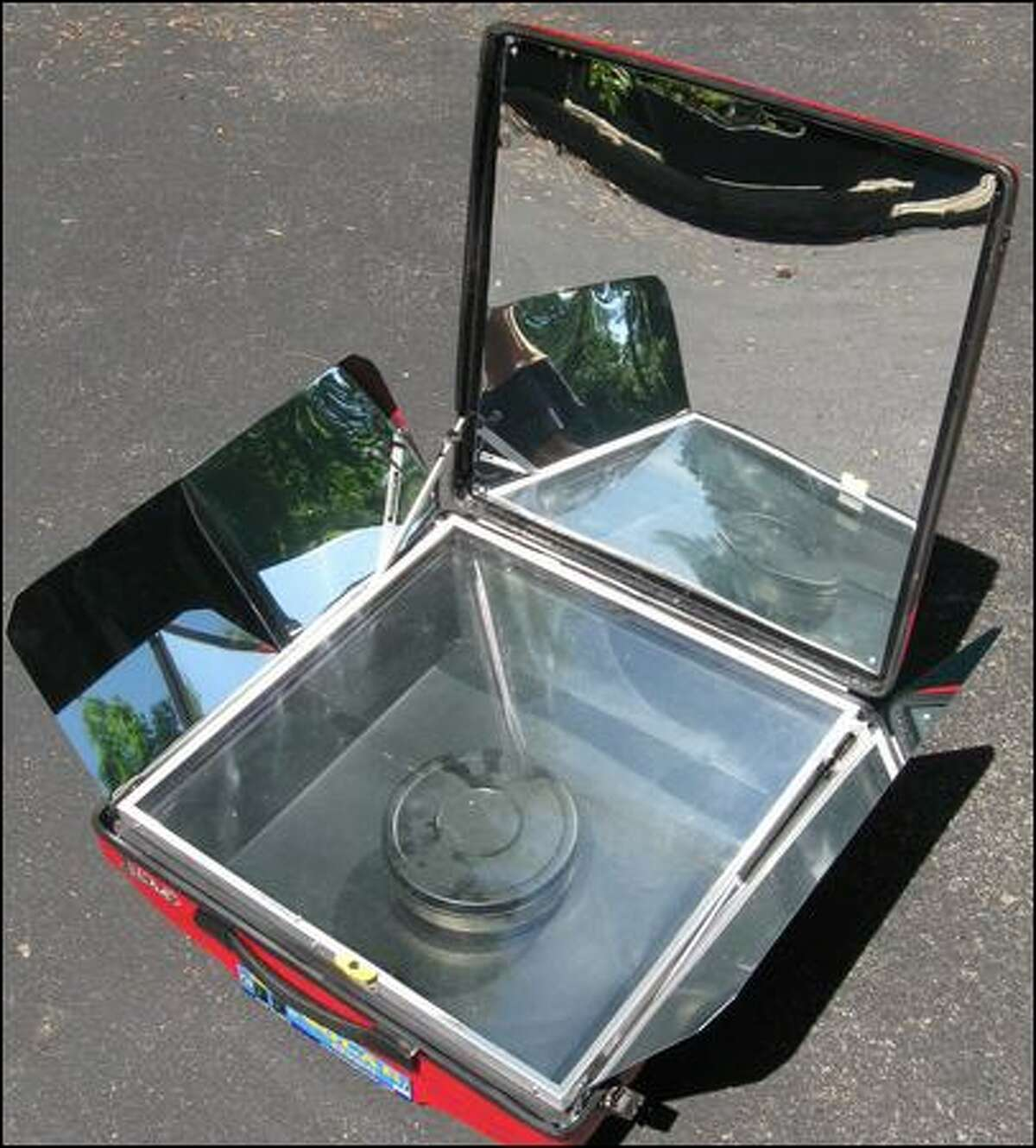 The Tulsi-Hybrid's extra side reflectors bring more solar heat into the insulated oven and directly onto the top of the stainless steel pot. (Jim Dulley)