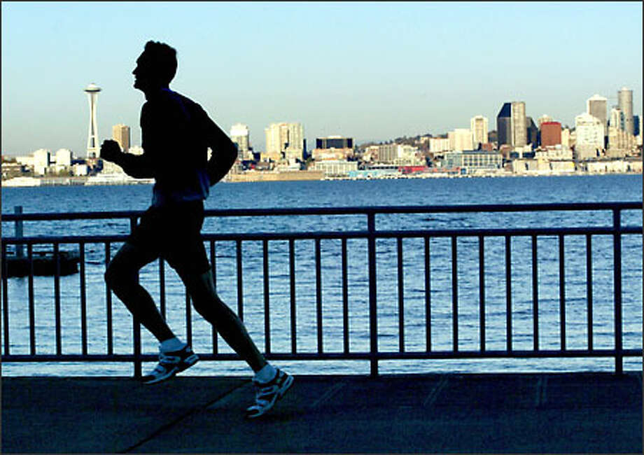 Sean Manning trains along the waterfront at Alki Beach in West Seattle, preparing for the New York Marathon. Photo: Renee C. Byer, Seattle Post-Intelligencer / Seattle Post-Intelligencer