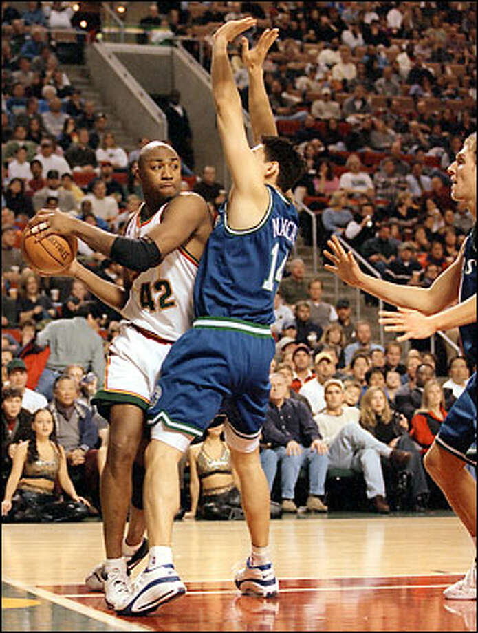 Seattle's Vin Baker makes a move on Mavericks Eduardo Najera during tonights game in the Key. Photo: Gilbert W. Arias, Seattle Post-Intelligencer / Seattle Post-Intelligencer