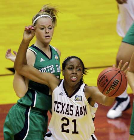 Texas A&M's Adaora Elonu (21) and Notre Dame's Brittany Mallory chase a loose ball in the first half of the women's NCAA Final Four college basketball championship game in Indianapolis, Tuesday, April 5, 2011. Photo: AP