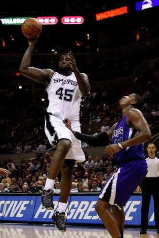 SPURS -- San Antonio Spurs DeJuan Blair passes the ball to the perimeter as Sacramento Kings Jason Thompson tries to defend during the second half at the AT&T Center, Wednesday, April 6, 2011. The Spurs won124-92. JERRY LARA/glara@express-news.net Photo: JERRY LARA, San Antonio Express-News / SAN ANTONIO EXPRESS-NEWS (NFS)