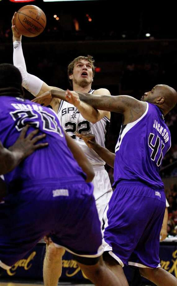SPURS -- San Antonio Spurs Tiago Splitter shoots over Sacramento Kings Donte Green, left, and Darnell Jackson during the second half at the AT&T Center, Wednesday, April 6, 2011. The Spurs won124-92. JERRY LARA/glara@express-news.net Photo: JERRY LARA, San Antonio Express-News / SAN ANTONIO EXPRESS-NEWS (NFS)