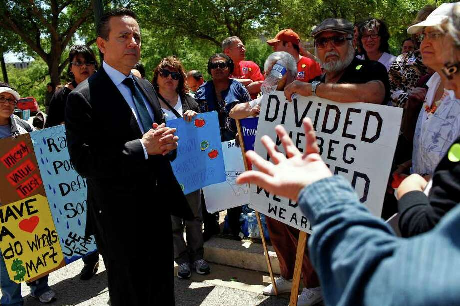 State Sen. Carlos Uresti, D-San Antonio, who created a task force to combat the abuse and neglect of children, is right when he says the safety net for children in our state has big, gaping holes. Photo: Express-News File Photo / SAN ANTONIO EXPRESS-NEWS