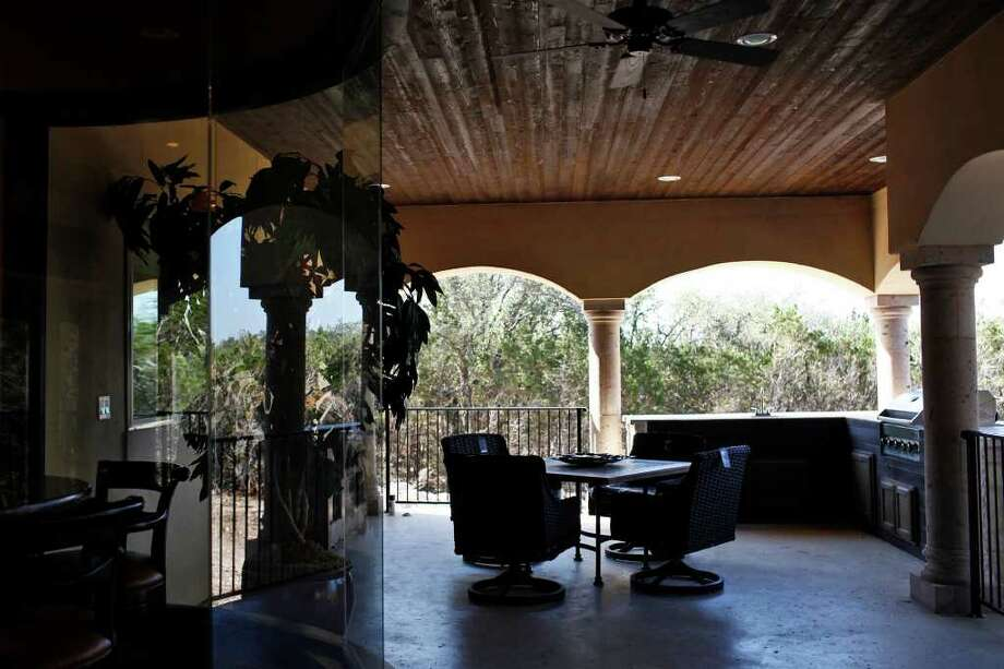The Villa Cantera features a lush covered patio with a fireplace and cooking area. Photo: LISA KRANTZ, SAN ANTONIO EXPRESS-NEWS / SAN ANTONIO EXPRESS-NEWS