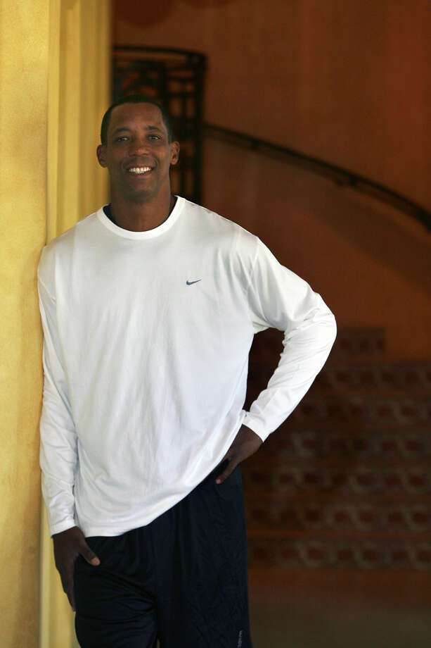 Former Spurs forward Sean Elliott at his San Antonio home. Photo: JOHN DAVENPORT/jdavenport@express-news.net