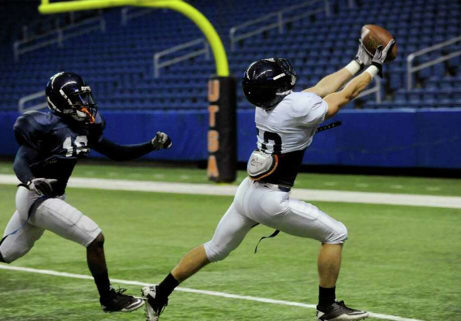 UTSA receiver Jake Wanamaker is unable to hang on to this pass during the UTSA Football Fiesta Spring Game at the Alamodome on Saturday, April 9, 2011. The fledgling UTSA football program begins play this fall. BILLY CALZADA / gcalzada@express-news.net Photo: BILLY CALZADA, SAN ANTONIO EXPRESS-NEWS / gcalzada@express-news.net