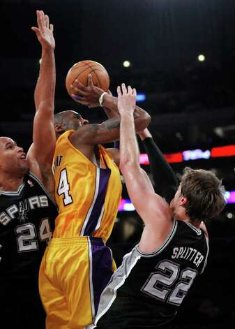 Los Angeles Lakers' Kobe Bryant tries to shoot between San Antonio Spurs' Richard Jefferson, left, and Tiago Splitter during the first half of a NBA basketball game in Los Angeles, Tuesday, April 12, 2011. Photo: AP