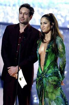 LOS ANGELES, UNITED STATES:  Actors Jennifer Lopez and David Duchovny present the Grammy for the category Best Rythm & Blues Album during the 42nd Annual Grammy Awards in Los Angeles 23 February, 2000. (ELECTRONIC IMAGE) AFP PHOTO / Hector MATA Photo: HECTOR MATA, AFP/Getty Images / AFP
