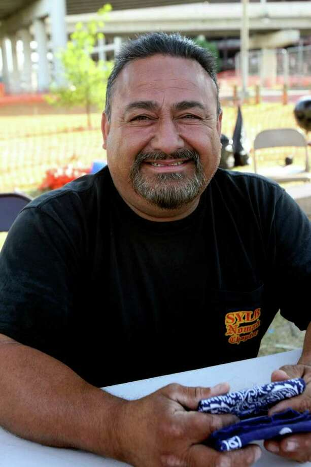 CONEXION: Joe Montreal is among the people who claim a space along Broadway to watch the Fiesta parades. HELEN L. MONTOYA/hmontoya@express-news.net Photo: HELEN L. MONTOYA, SAN ANTONIO EXPRESS-NEWS / hmontoya@express-news.net