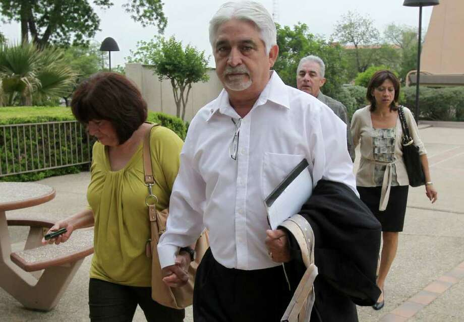 Mauro T. Padilla III (right) approaches the Federal Courthouse for sentencing. Padilla, a developer, pleaded guilty to lying to a bank to obtain construction draws for a townhouse project near the Toyota plant. JOHN DAVENPORT/jdavenport@express-news.net Photo: JOHN DAVENPORT, SAN ANTONIO EXPRESS-NEWS / jdavenport@express-news.net