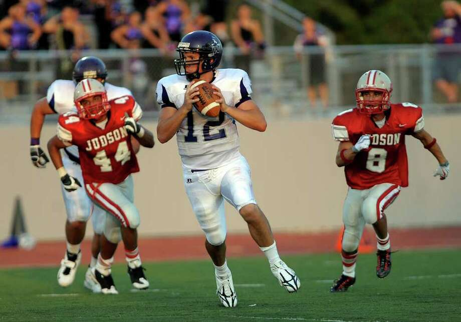 Quarterback Daniel Horstman of Warren rolls left out of the pocket during boys prep football action against Judson at Rutledge Stadium in Converse on Thursday, Aug. 27, 2009. Photo: BILLY CALZADA, Express-News