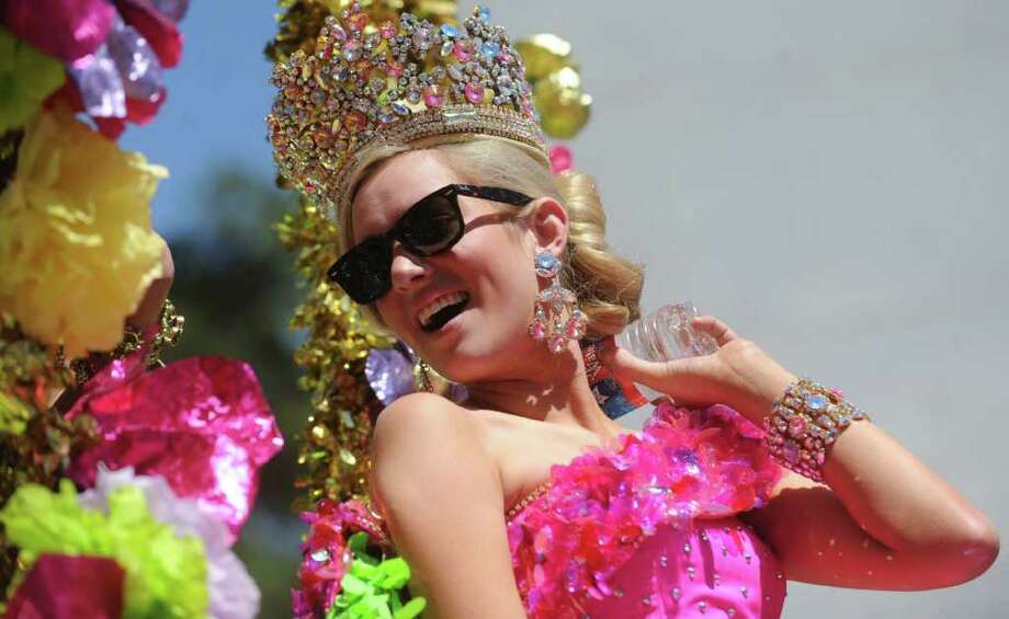 Elizabeth Lyn Moser, Duchess of American Ingenuity, cools herself off with a water bottlle during the Battle of Flowers Parade on Friday, April 15, 2011. BILLY CALZADA / gcalzada@express-news.net Photo: BILLY CALZADA, SAN ANTONIO EXPRESS-NEWS / gcalzada@express-news.net