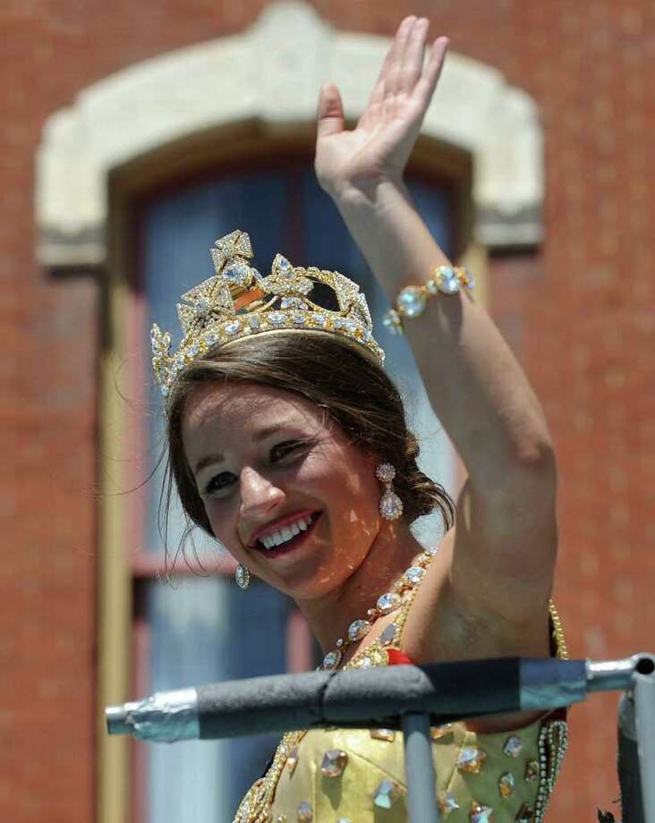 Caroline Chenault Puett, Duchess of the Glorious Victorian Age, waves to the crowd during the Battle of Flowers Parade on Friday, April 15, 2011. BILLY CALZADA / gcalzada@express-news.net Photo: BILLY CALZADA, SAN ANTONIO EXPRESS-NEWS / gcalzada@express-news.net