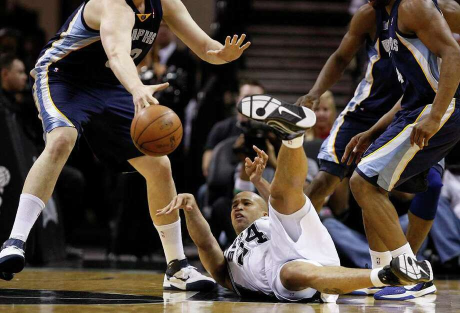 SPURS -- San Antonio Spurs Richard Jefferson passes the ball after falling in their game against the Memphis Grizzlies during the first half of game one in the NBA Western Conference First Round at the AT&T Center, Sunday, April 17, 2011. JERRY LARA/glara@express-news.net Photo: JERRY LARA, San Antonio Express-News / SAN ANTONIO EXPRESS-NEWS (NFS)