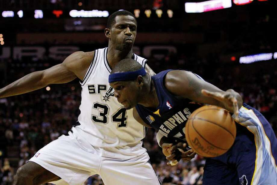 SPURS -- San Antonio Spurs Antonio McDyess blocks out Memphis Grizzlies Zack Randolph during the first half of game one in the NBA Western Conference First Round at the AT&T Center, Sunday, April 17, 2011. JERRY LARA/glara@express-news.net Photo: JERRY LARA, San Antonio Express-News / SAN ANTONIO EXPRESS-NEWS (NFS)