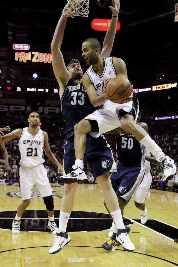 SPURS -- San Antonio Spurs Tony Parker looks to the perimeter as Memphis Grizzlies Marc Gasol defends during the second half of game one in the NBA Western Conference First Round at the AT&T Center, Sunday, April 17, 2011. The Grizzlies won 101-98.JERRY LARA/glara@express-news.net Photo: JERRY LARA, San Antonio Express-News / SAN ANTONIO EXPRESS-NEWS (NFS)