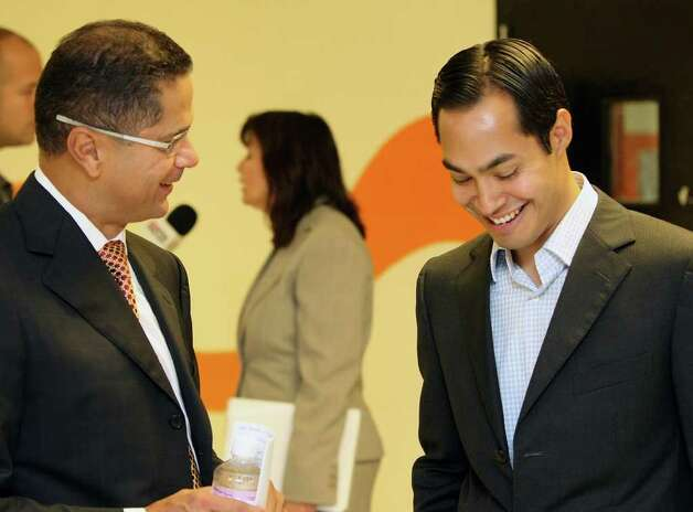 METRO:  SAISD Superintendent Robert Duron speaks with Mayor Julian Castro after the pair spoke about high school dropout prevention at Gus Garcia Middle School on Wednesday Oct. 14, 2009.  HELEN L. MONTOYA/hmontoya@express-news.net Photo: HELEN L. MONTOYA, SAN ANTONIO EXPRESS-NEWS / hmontoya@express-news.net