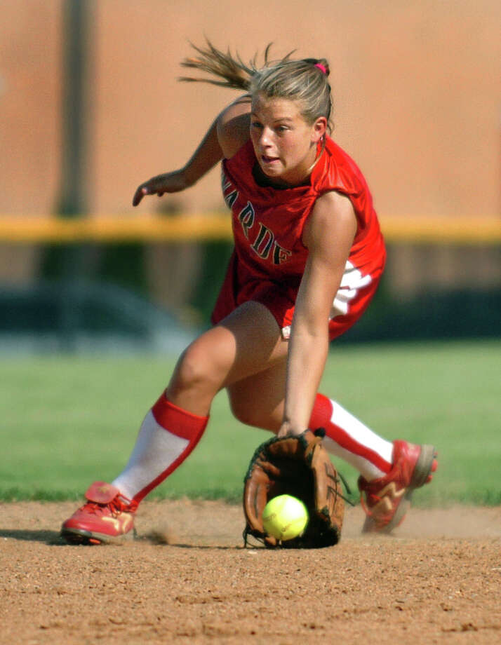 Fairfield Warde's Stacey Dileo fields the ball during the Softball Class L Quarterfinal game against Daniel Hand June 4, 2010 at Fairfield Warde. Photo: Autumn Driscoll, ST / Connecticut Post