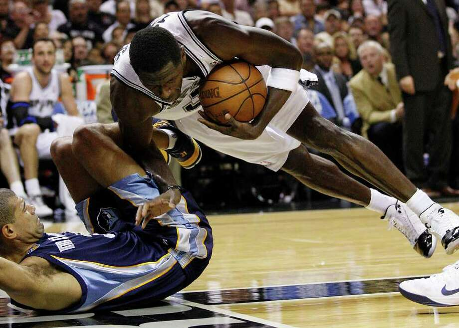 SPURS -- San Antonio Spurs Antonio McDyess keeps the ball in bounds under pressure from Memphis Grizzlies Shane Battier during the second half in the second game of the Western Conference Quarter Finals at the AT&T Center, April 20, 2011. The Spurs won 93-87 and tie the series, 1-1. JERRY LARA/glara@express-news.net Photo: JERRY LARA, Jerry Lara/glara@express-news.net / SAN ANTONIO EXPRESS-NEWS (NFS)