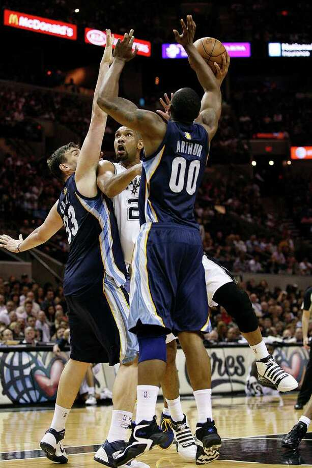 SPURS -- San Antonio Spurs shoots between Memphis Grizzlies Marc Gasol, left, and Darrell Arthur during the second half in the second game of the Western Conference Quarter Finals at the AT&T Center, April 20, 2011. The Spurs won 93-87 and tie the series, 1-1. JERRY LARA/glara@express-news.net Photo: JERRY LARA, Jerry Lara/glara@express-news.net / SAN ANTONIO EXPRESS-NEWS (NFS)