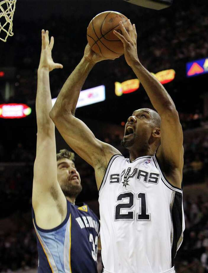 Spurs' Tim Duncan (21) shoots against Memphis Grizzlies' Marc Gasol in the first round of the Western Conference playoffs at the AT&T Center on Wednesday, April 20, 2010. Kin Man Hui/kmhui@express-news.net Photo: KIN MAN HUI, Kin Man Hui/kmhui@express-news.net / San Antonio Express-News NFS