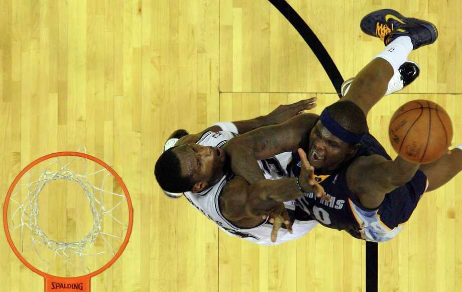 Spurs' Antonio McDyess (left) defends against Memphis Grizzlies' Zach Randolph in the first round of the Western Conference playoffs at the AT&T Center on Wednesday, April 20, 2010. Spurs won 98-87. Kin Man Hui/kmhui@express-news.net Photo: KIN MAN HUI, Kin Man Hui/kmhui@express-news.net / San Antonio Express-News NFS