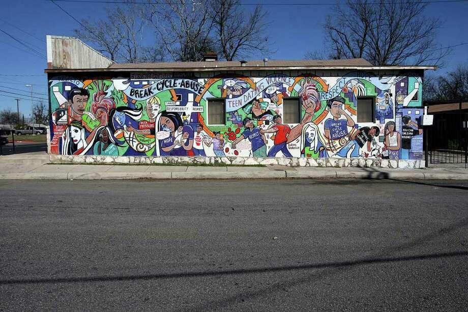 "A view of San Anto Cultural Arts ""Breaking the Cycle"" mural at 626 South Zarmora on Tuesday, Jan. 6, 2009. Photo: JERRY LARA, SAN ANTONIO EXPRESS-NEWS / glara@express-news.net"