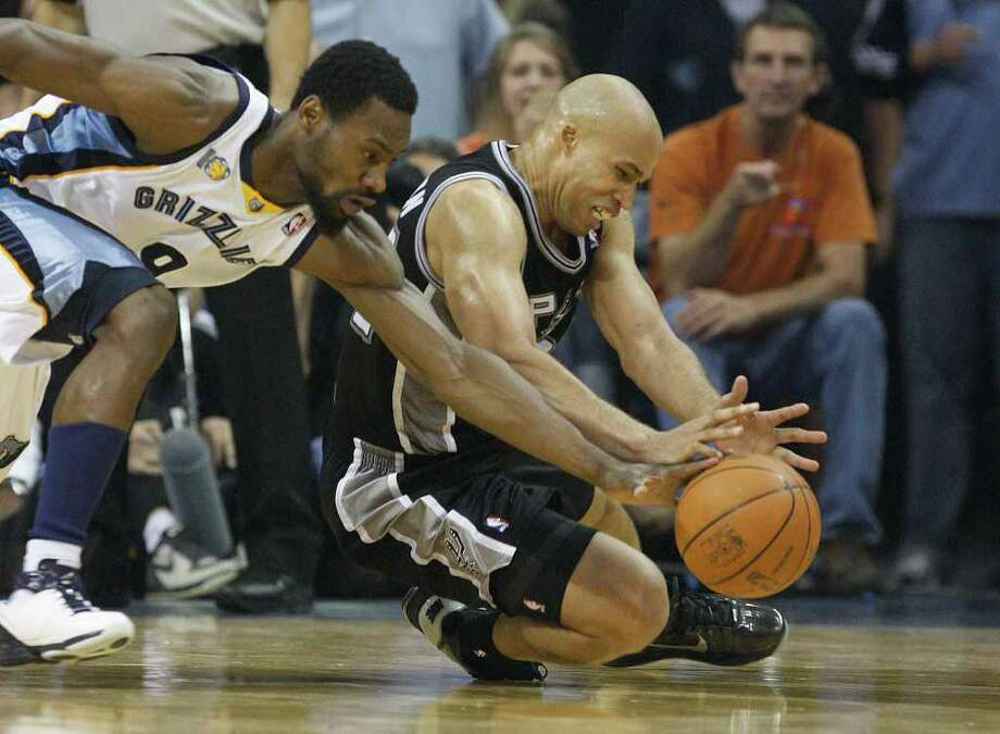 Spurs Richard Jefferson scrambles for the ball with Memphis Grizzlies Tony Allen during the first half in the third game of the Western Conference Quarter First Round at FedExForum in Memphis, TN, April 23, 2011. JERRY LARA/glara@express-news.net / SAN ANTONIO EXPRESS-NEWS (NFS)