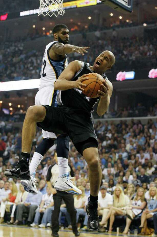 Spurs Richard Jefferson tries to get through Memphis Grizzlies O.J. Mayo during the first half in the third game of the Western Conference First Round at FedExForum in Memphis, TN, April 23, 2011. JERRY LARA/glara@express-news.net / SAN ANTONIO EXPRESS-NEWS (NFS)