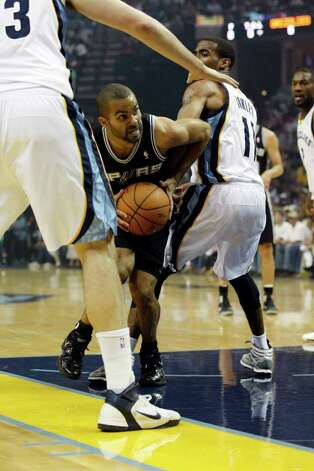 Spurs Tony Parker split the defense of Memphis Grizzlies Marc Gasol, left, and Mike Conley during the first half of game four of the Western Conference First Round at FedExForum in Memphis, TN, Monday, April 25, 2011. JERRY LARA/glara@express-news.net / SAN ANTONIO EXPRESS-NEWS (NFS)