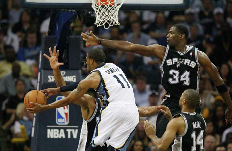 Spurs Antonio McDyess tries to stop Memphis Grizzlies Mike Conley during the second half of game four of the Western Conference First Round at FedExForum in Memphis, TN, Monday, April 25, 2011. The Grizzlies won 104-86 and lead the series, 3-1. JERRY LARA/glara@express-news.net / SAN ANTONIO EXPRESS-NEWS (NFS)