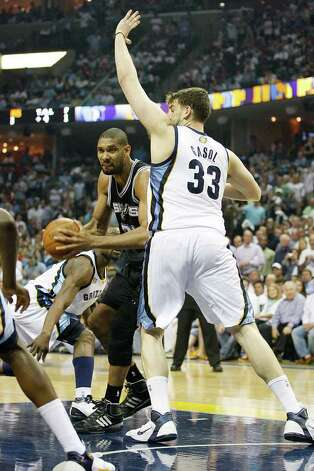 Spurs Tim Duncan tries to get through Memphis Grizzlies Marc Gasol during the first half of game four of the Western Conference First Round at FedExForum in Memphis, TN, Monday, April 25, 2011. JERRY LARA/glara@express-news.net / SAN ANTONIO EXPRESS-NEWS (NFS)