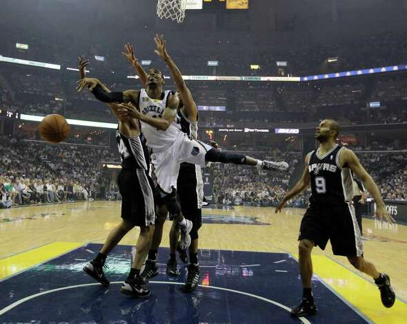 Memphis Grizzlies Mike Conley drives through Spurs Richard Jefferson and Tim Ducan during the first half of game four of the Western Conference First Round at FedExForum in Memphis, TN, Monday, April 25, 2011. JERRY LARA/glara@express-news.net / SAN ANTONIO EXPRESS-NEWS (NFS)