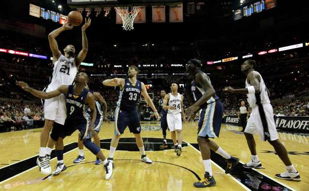 San Antonio Spurs forward Tim Duncan (21) shoots over  Memphis Grizzlies guard Tony Allen (9) in Game 5 of the first round of the Western Conference playoff at the AT&T Center on Wednesday, April 27, 2011. Kin Man Hui/kmhui@express-news.net Photo: KIN MAN HUI, Kin Man Hui/kmhui@express-news.net / San Antonio Express-News NFS