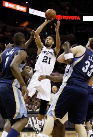 SPURS -- San Antonio Spurs forward Tim Duncan (21) shoots against the Memphis Grizzlies  during the second half of game five of the Western Conference First Round at AT&T Center, Wednesday, April 27, 2011. JERRY LARA/glara@express-news.net Photo: JERRY LARA, JERRY LARA/glara@express-news.net / SAN ANTONIO EXPRESS-NEWS (NFS)