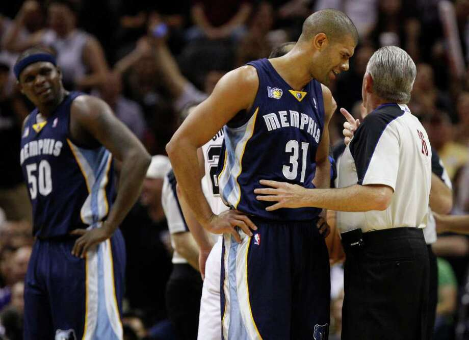 SPURS -- Official Bob Delaney talks to  Memphis Grizzlies forward Shane Battier (31) and San Antonio Spurs guard Manu Ginobili (not pictured) during the first half of game five of the Western Conference First Round at AT&T Center, Wednesday, April 27, 2011. JERRY LARA/glara@express-news.net Photo: JERRY LARA, JERRY LARA/glara@express-news.net / SAN ANTONIO EXPRESS-NEWS (NFS)