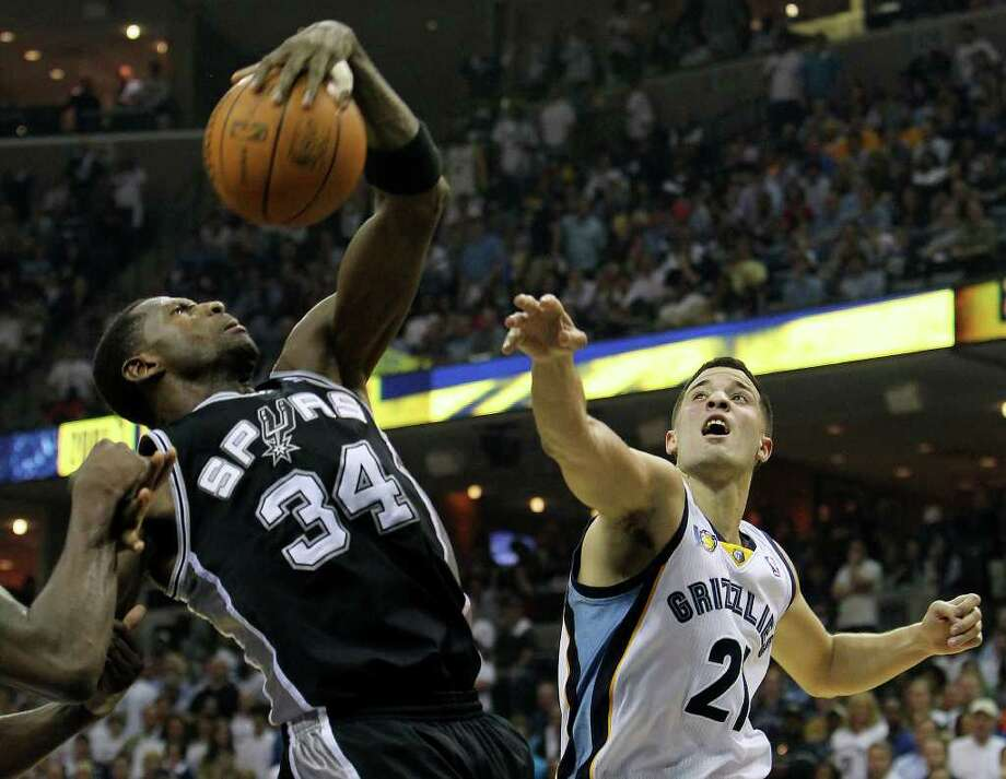 Spurs' Antonio McDyess (left) snags a rebound against Memphis Grizzlies' Greivis Vasquez (21) in the first half in Game 6 of the first round of the Western Conference playoff at the FedEx Forum in Memphis on Friday, April 29, 2011. Kin Man Hui/kmhui@express-news.net Photo: KIN MAN HUI, Kin Man Hui/kmhui@express-news.net / San Antonio Express-News NFS