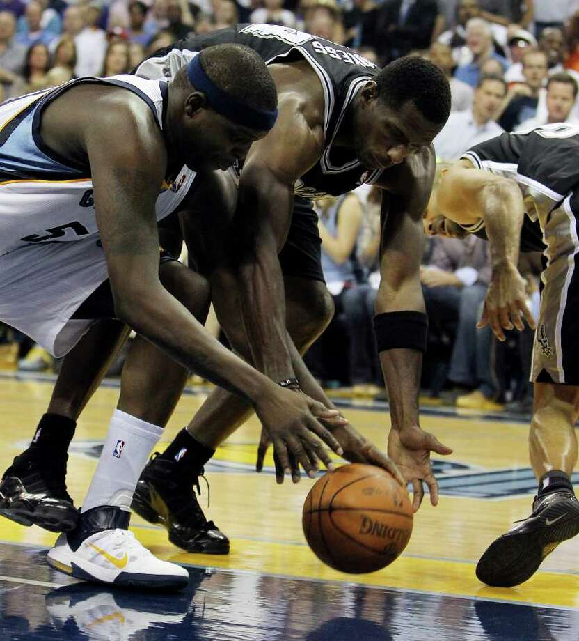Spurs' Antonio McDyess (center) competes for a rebound against Memphis Grizzlies' Zach Randolph (left) in the first half in Game 6 of the first round of the Western Conference playoff at the FedEx Forum in Memphis on Friday, April 29, 2011. Kin Man Hui/kmhui@express-news.net Photo: KIN MAN HUI, Kin Man Hui/kmhui@express-news.net / San Antonio Express-News NFS