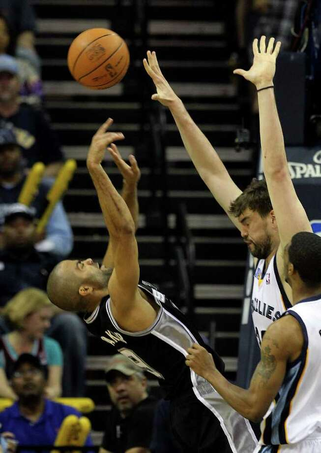 Spurs' Tony Parker shoots over Memphis Grizzlies' Marc Gasol (33) in the second half of Game 6 of the first round of the Western Conference playoff at the FedEx Forum in Memphis on Friday, April 29, 2011. Spurs lost, 91-99. Kin Man Hui/kmhui@express-news.net Photo: KIN MAN HUI, Kin Man Hui/kmhui@express-news.net / San Antonio Express-News NFS