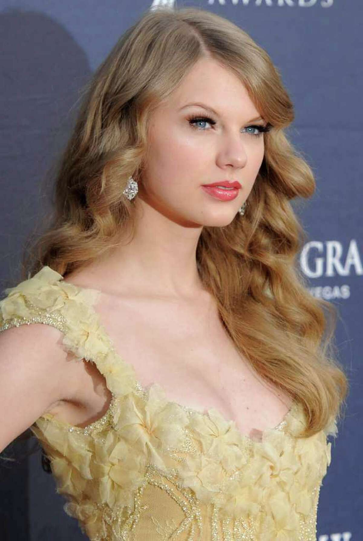 FILE - In an April 3, 2011 file photo, Taylor Swift arrives at the 46th Annual Academy of Country Music Awards in Las Vegas. Swift will perform at the CMA Music Fest which runs June 9-12 in Nashville. (AP Photo/Chris Pizzello, File)
