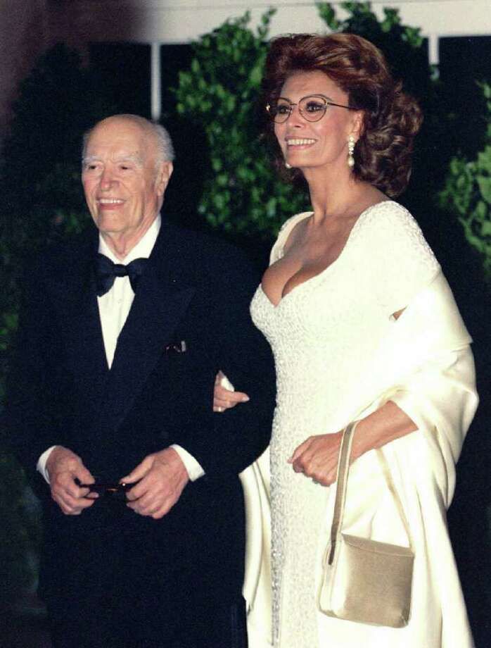 Sophia Loren and husband Carlo Ponti arrive at the White House for a state dinner in this April 2, 1995 file photo. Ponti, one of Italy's best known film producers, has died at the age of 94, his family said on Wednesday. REUTERS/Gary Cameron (UNITED STATES) Photo: GARY CAMERON, Reuters / X00044